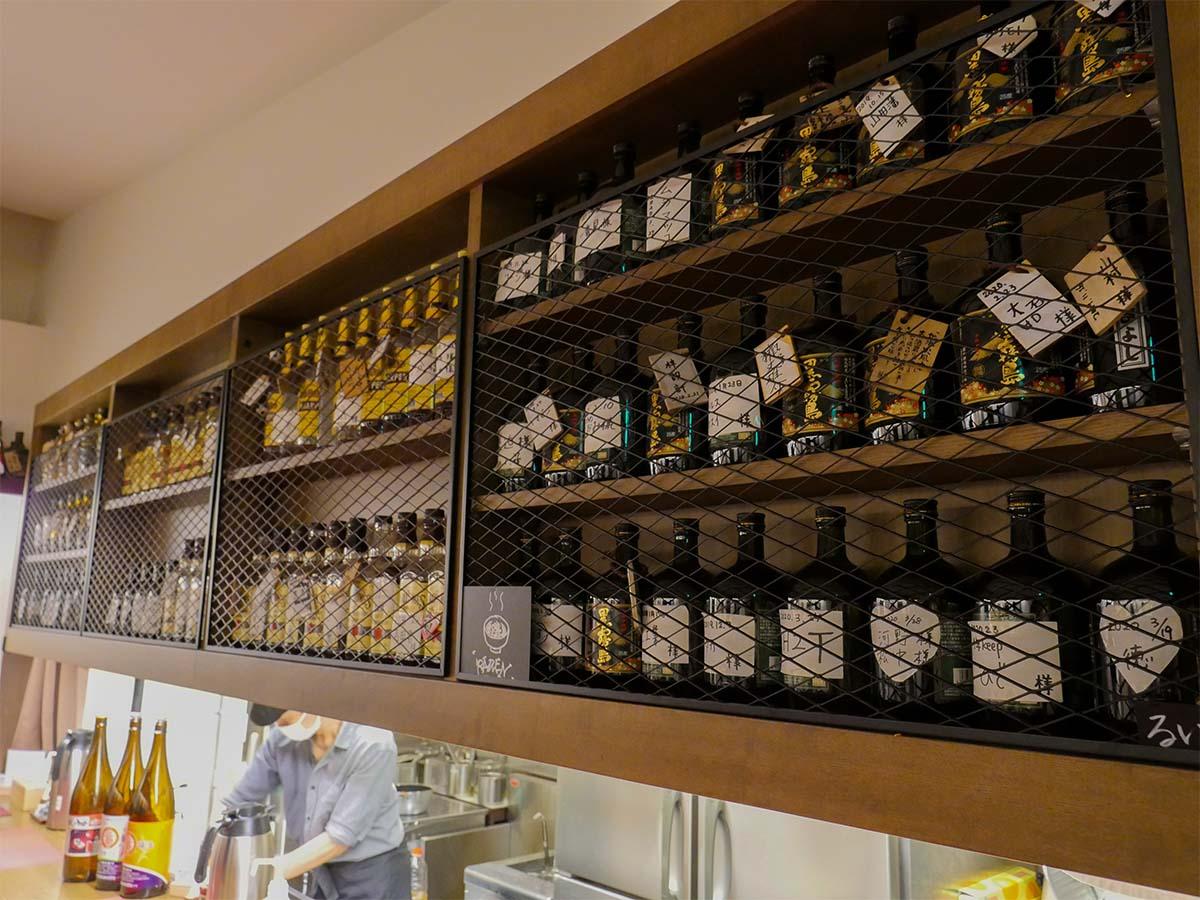 カウンター上の棚には、キープされたお酒のボトルがずらりと並ぶ