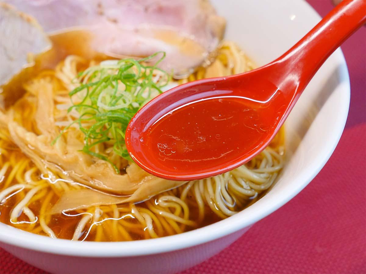 醤油ベースのスープは滋味深い優しい味