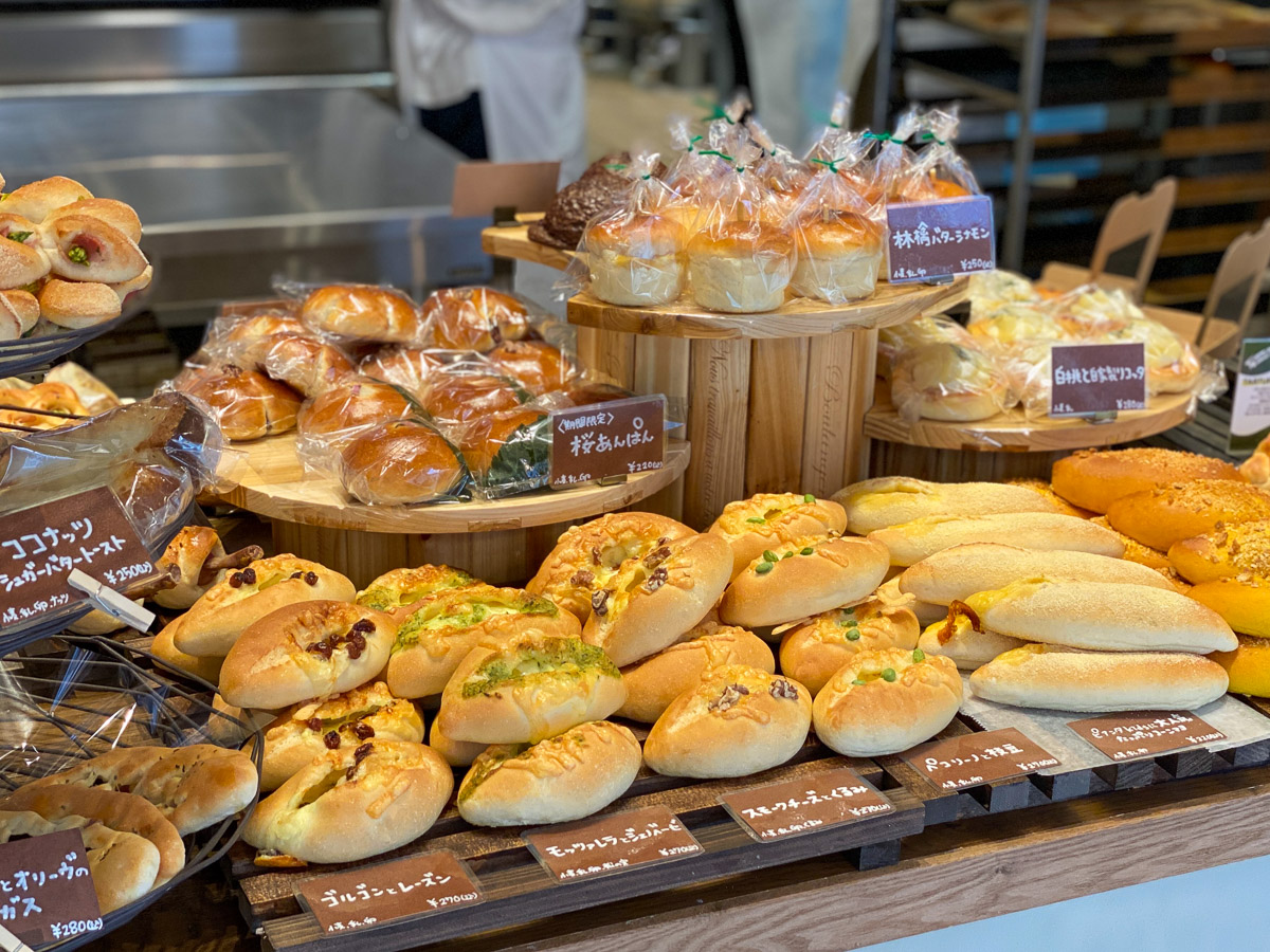 珍しい食材の組み合わせのグルメパンがたくさん並んでいます