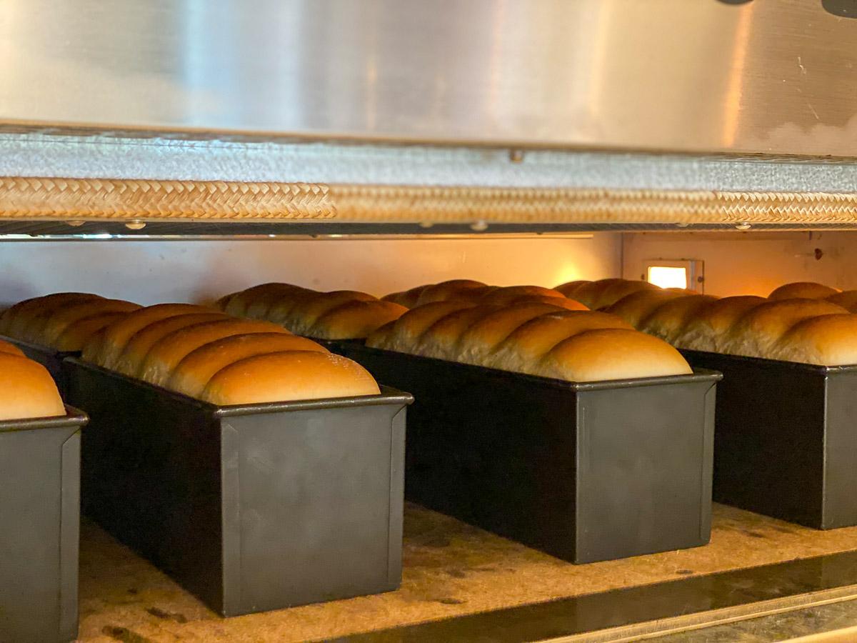 次々に焼き上がるパンたち