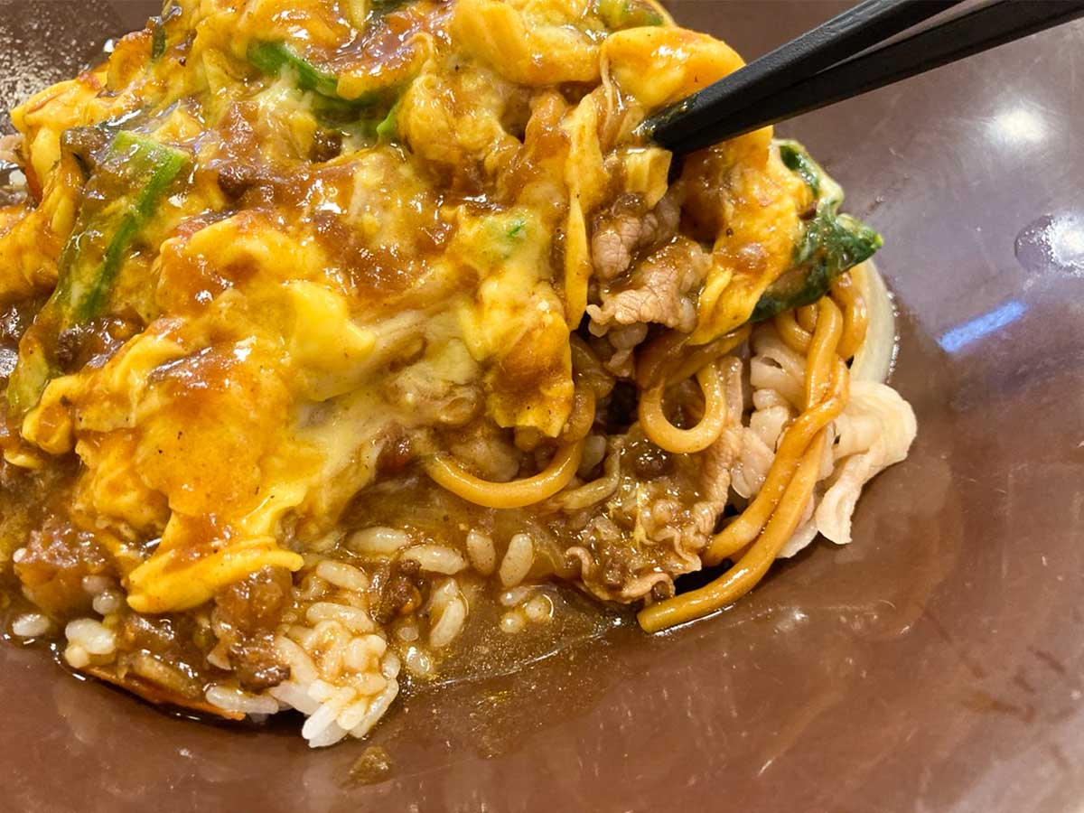 オムライス、カレー、焼きそば、牛丼美味しいものが一つになったスペシャルない一皿