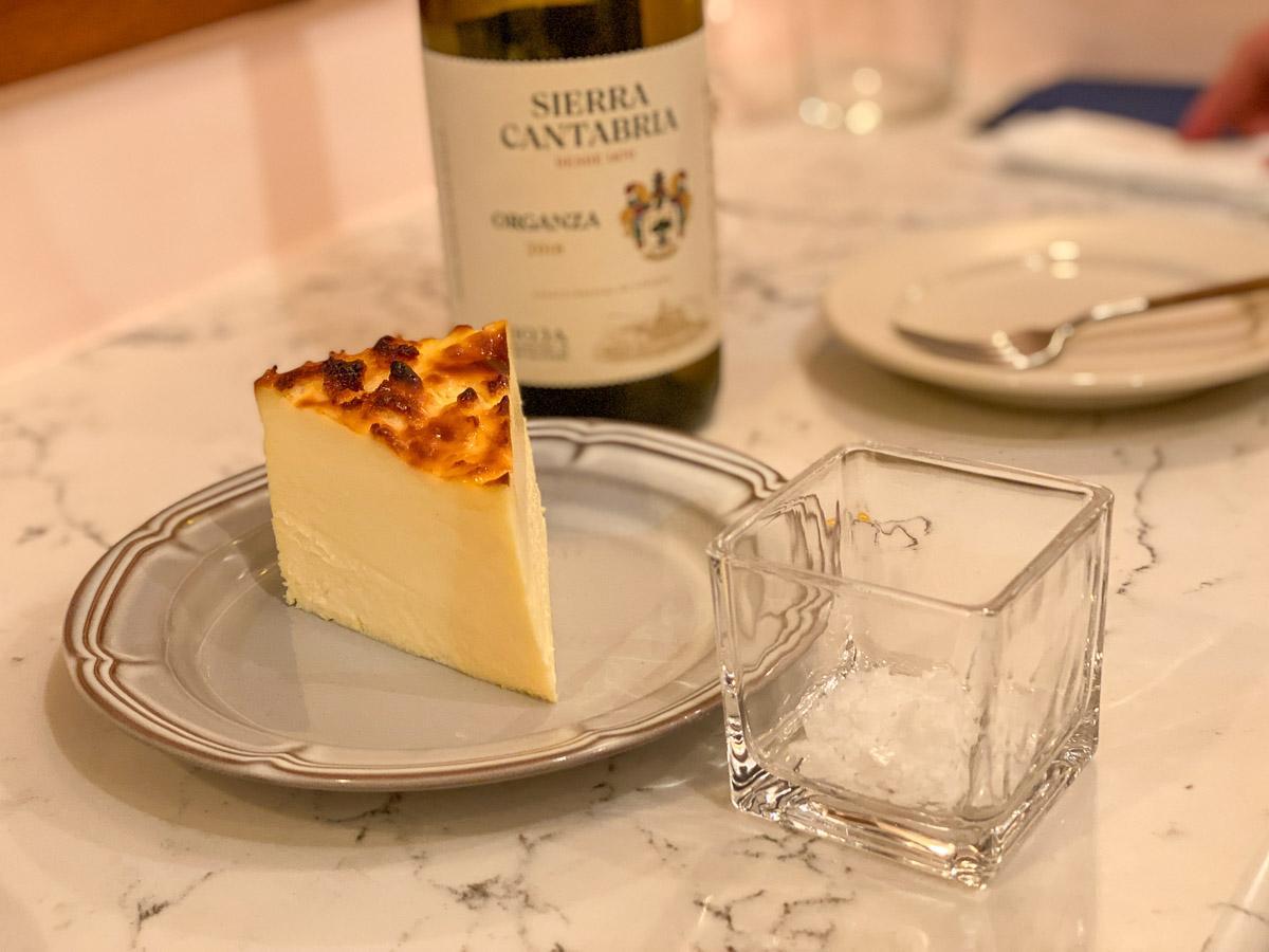 バスクチーズケーキ650円。隣接する『メゾン・ダーニ』のバスク伝統の焼き菓子やケーキもいただけます