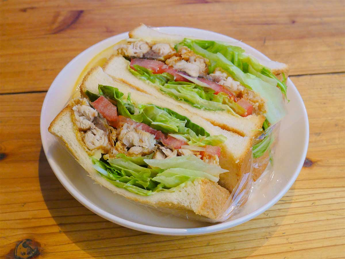 圧巻のボリューム! 新宿『鷹丸鮮魚店』で幻の「サバサンド」を食べてみた