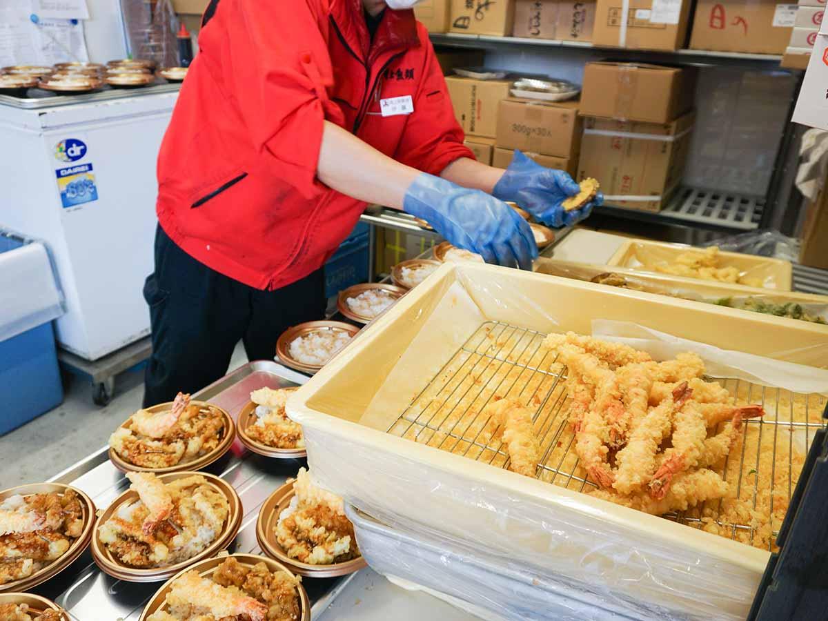 『角上魚類』の厨房では惣菜と弁当が続々と調理されています