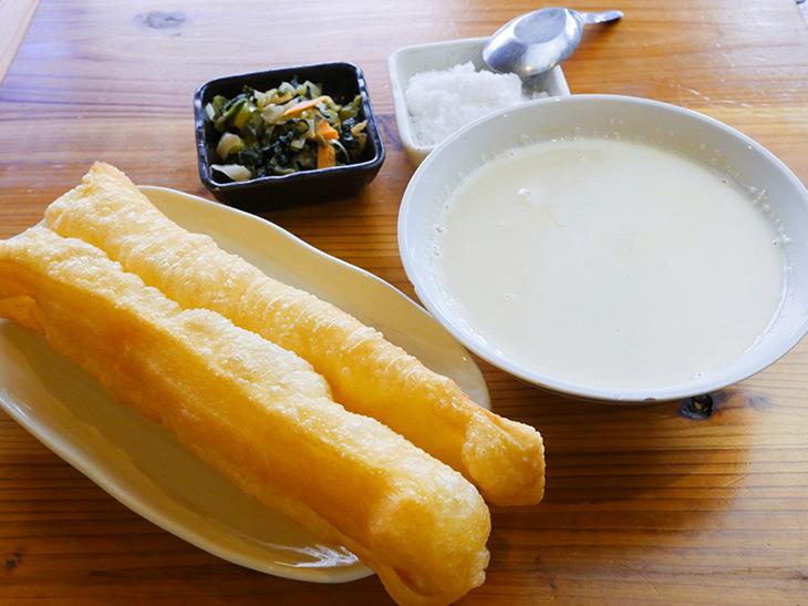 「炸油条(揚げパン)と豆乳セット」、日替わりの漬物付き400円。どんぶりの豆乳はほんのりあたたかい