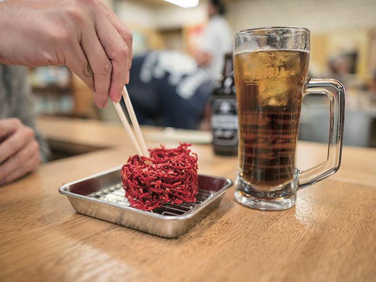 「紅しょうがのかき揚げ」。豪快なビジュアルの名物料理。塩気が強いため、崩して少しずつ味わえば長持ちする肴に