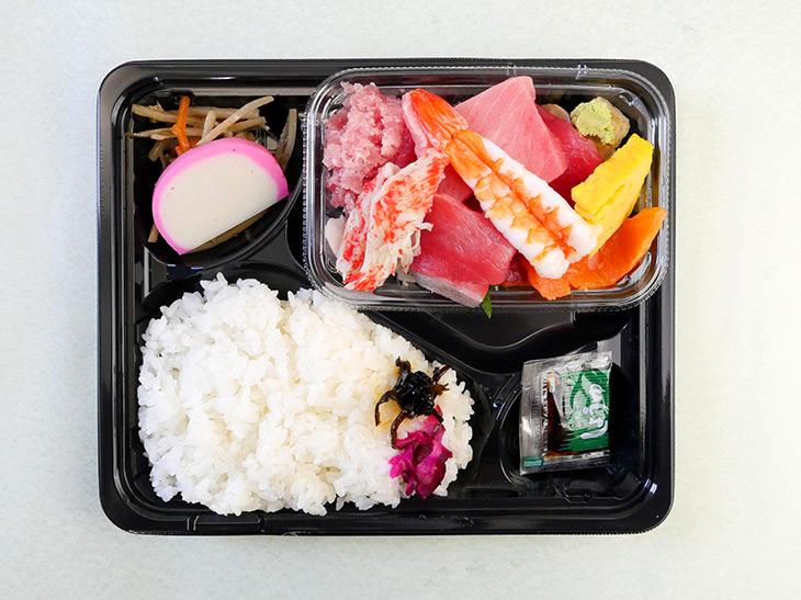 「おさしみ弁当」750円。刺身の内容はその日の仕入れや季節などにより多少の入れ替えあり