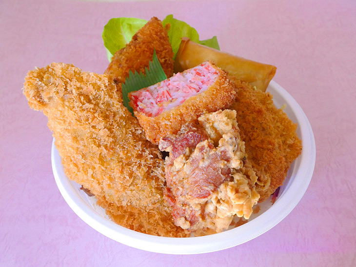 牛・豚・鶏・魚介・野菜、揚げ物が一堂に集う「ホームラン丼」880円