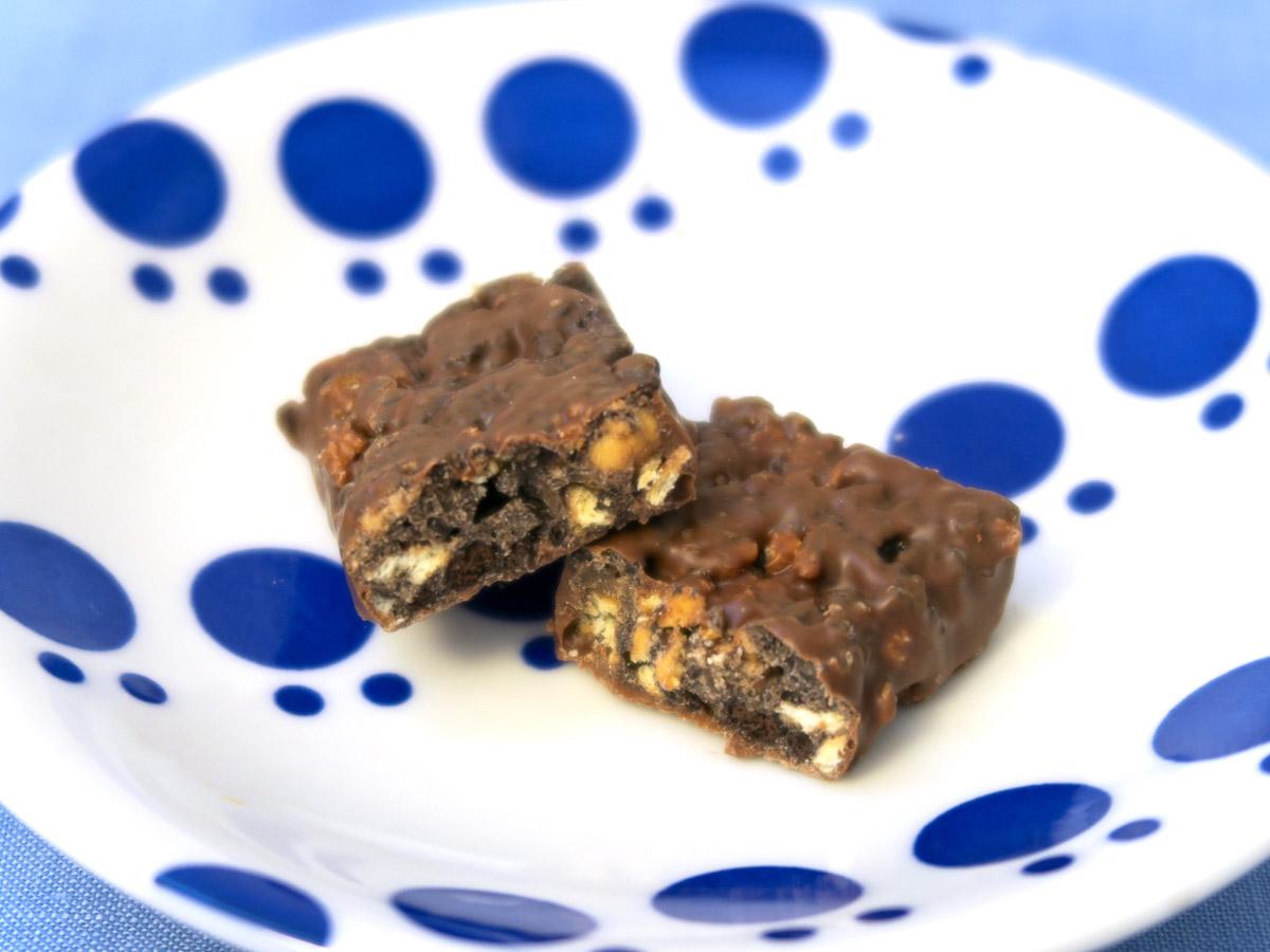 通常のブラックサンダーはプレーンビスケットとココアクッキーがたっぷり使われている