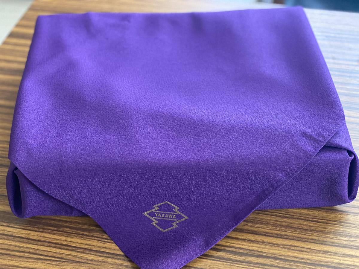 高級感あふれる紫色の風呂敷に入って到着