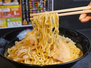 「鳥豚油そば(最強盛)」990円。3.5玉分の麺が山状態。ショウガ入りの食前スープ付き