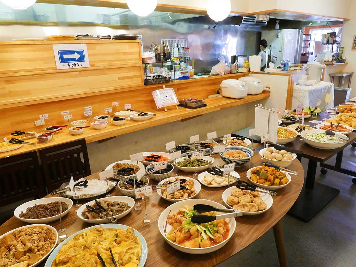 店中央にあるテーブルやカウンターにところ狭しと手作りおかずが並ぶ。これは目移りする!