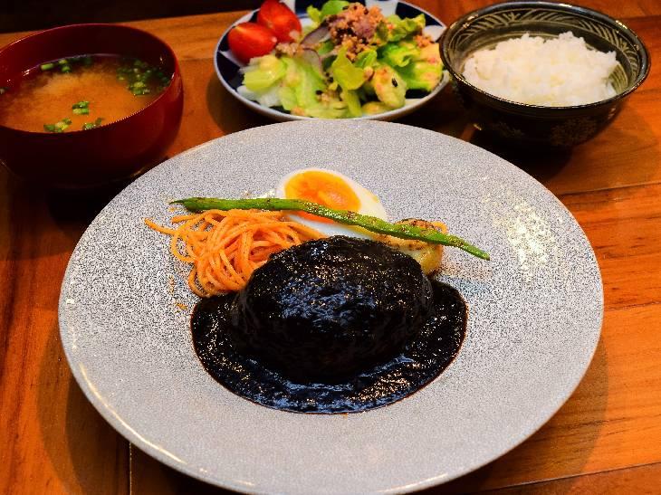 「トリュフデミグラスハンバーグ」サラダ・ご飯・お味噌汁付き1500円(税抜)