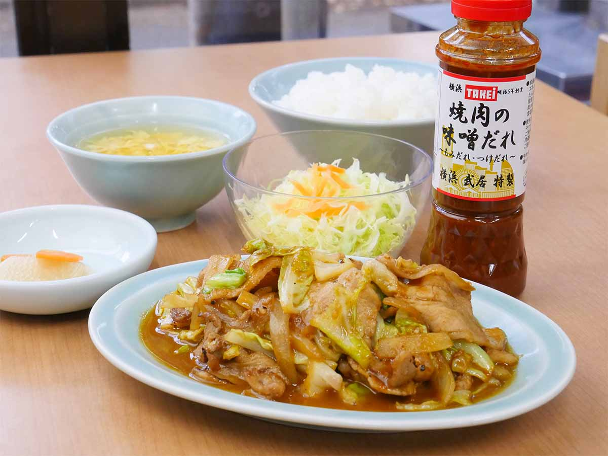 「焼肉の味噌だれ」と「塩だれ」で作る、「豚肉とキャベツの味噌炒め定食」800円。こちらもライス、スープ、キャベツの千切り、副菜付き
