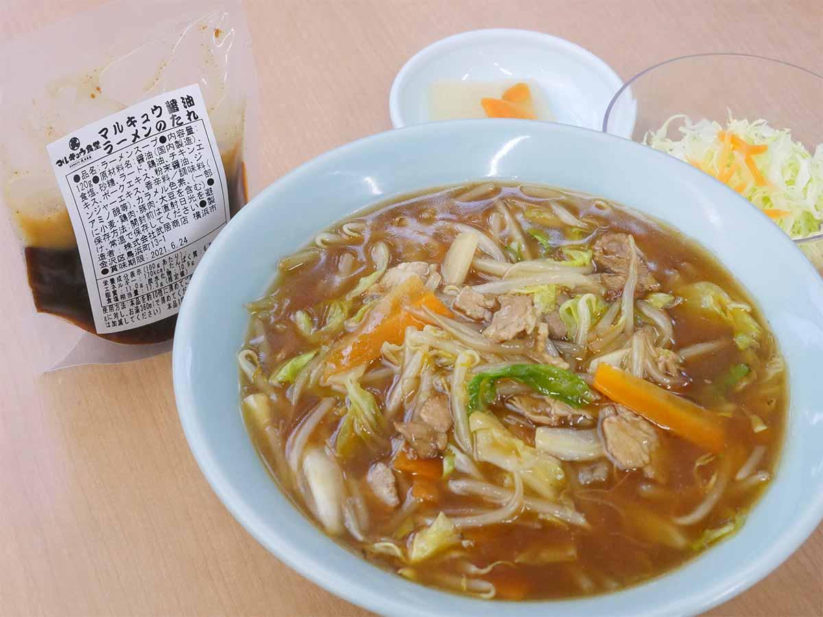 「ラーメンのたれ」で作る「サンマーメン」700円。とろみのあるスープとやもやしやキャベツなど野菜たっぷり