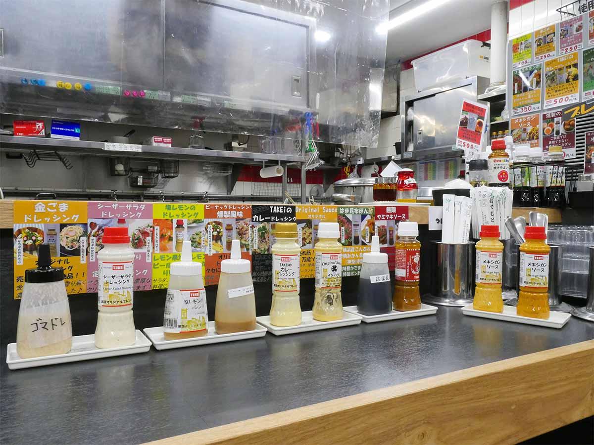 カウンターにずらりと並ぶお試し用調味料。できれば全部味見したい!