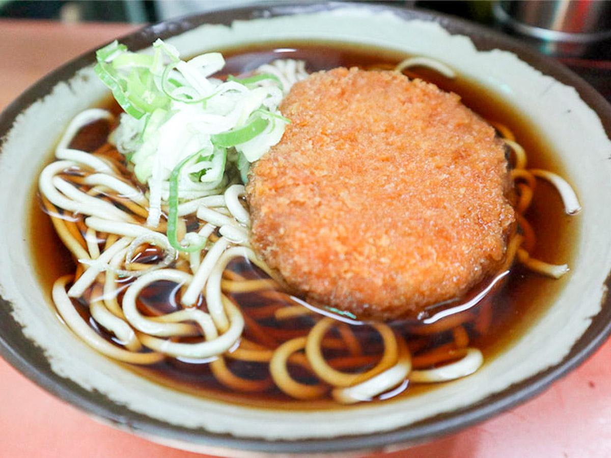 一般的な立ち食い蕎麦の「コロッケそば」は、コロッケの表面はカリッとしていて、裏の衣はヒタヒタ