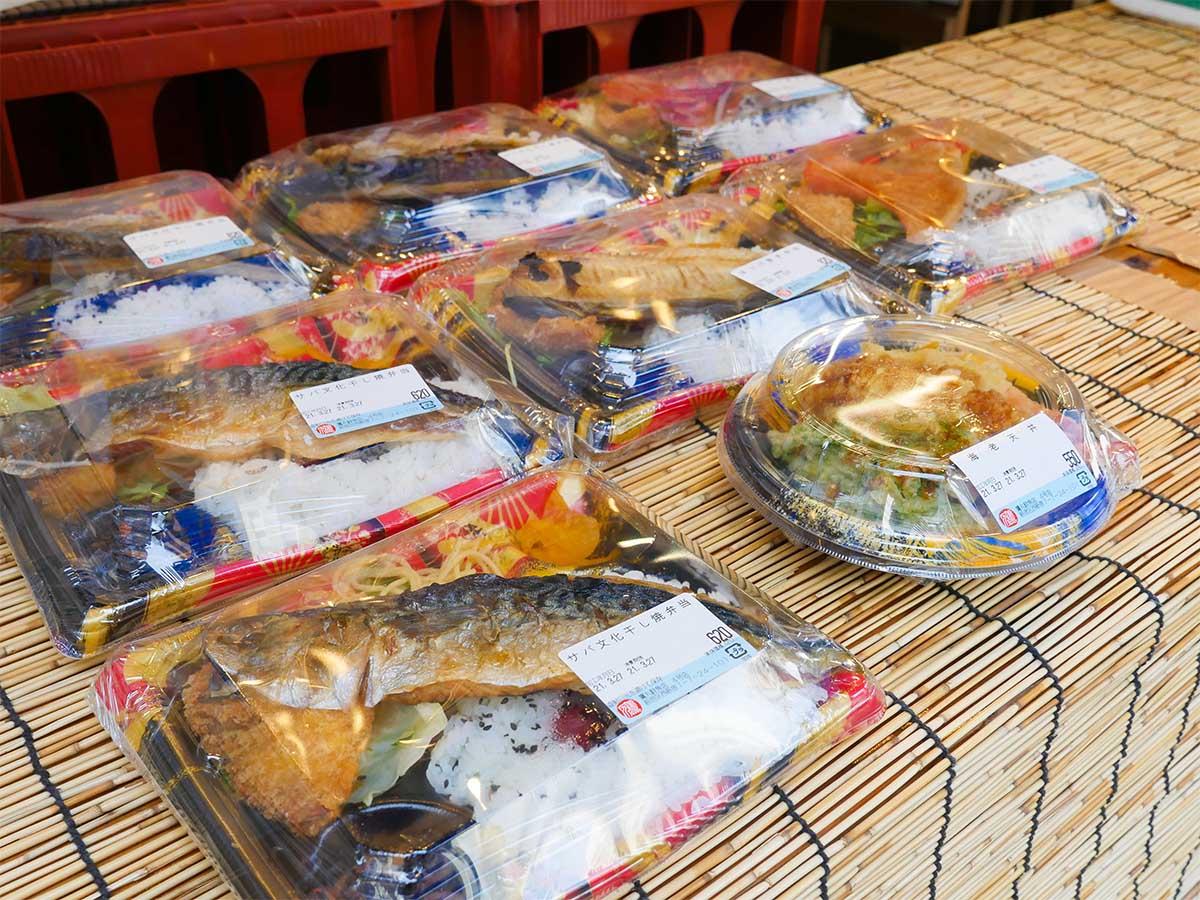 店頭には焼き魚、天丼などが置いてあり、ランチタイムは飛ぶように売れていく