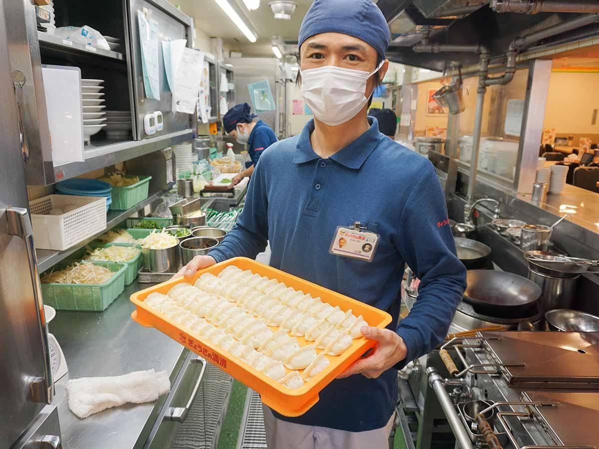 『ぎょうざの満洲』メニュー開発室長でありながら、普段はお店でも働く山田努さん。言うに及ばず同社の餃子を知り尽くした方