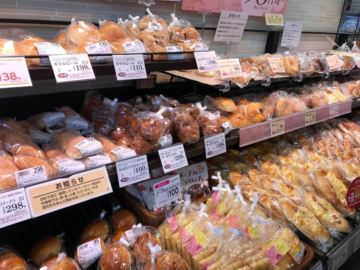 手作り感溢れる出来立てパンがずらりと並ぶ『小麦の郷』。現在、100店舗ほどで「絶品!カレーパン」を販売中