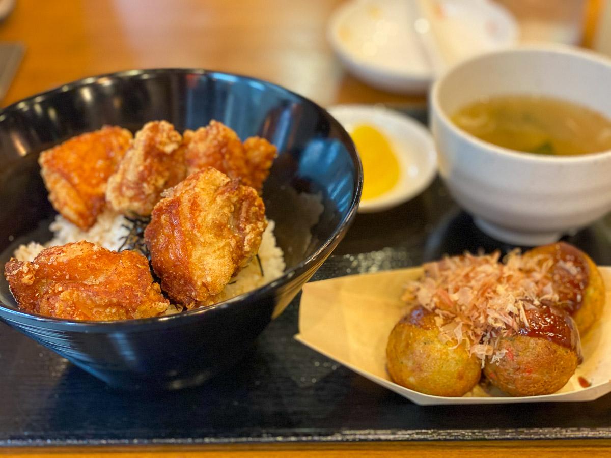 ランチの唐揚げ丼680円(味噌汁、漬物付き)とたこ焼き4個310円