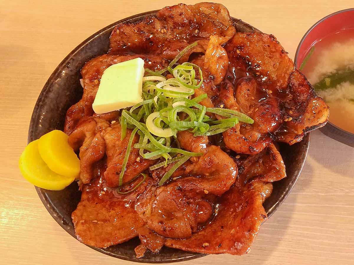 「北海道すた丼~濃厚バター焦がし焼肉味~」930円