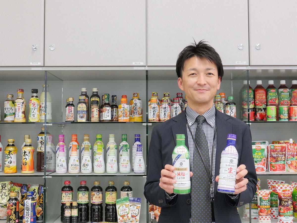 キッコーマン食品(株)プロダクト・マネジャー室しょうゆ・みりんグループの伊藤夏大さん。同社の容器の歴史について話をお聞きしました