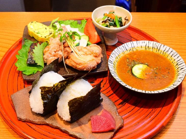 塩むすび2個・日替わり惣菜2種・スープカレー・手作りおしんこの「umaumaセット」800円(税込)