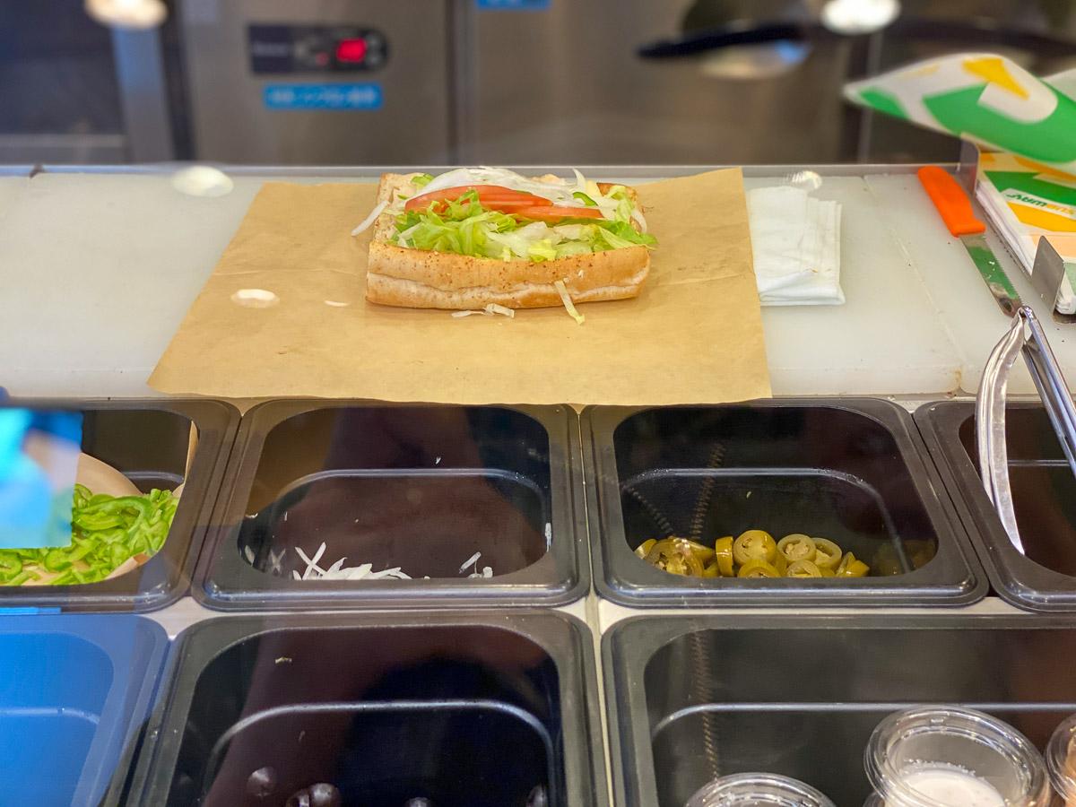 サブウェイでは、パンや野菜、トッピングやソースまでお好みでオーダーできますが、「腸活サンド」はお店のオススメのパンやソースがあるようです