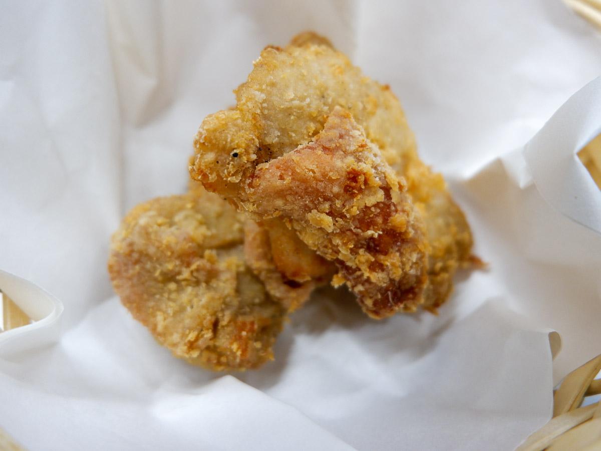 「塩だしから揚げ」(2個・200円)。アゴなど魚介系だしと塩味のバランスが絶妙!