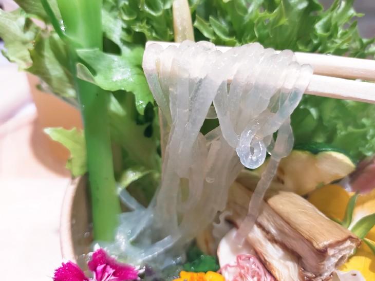 九州産のサツマイモと北海道産のジャガイモのでん粉を、奈良県の春雨職人にラーメン用に特殊配合してもらい製麺したこだわりのグラスヌードル(春雨麺)