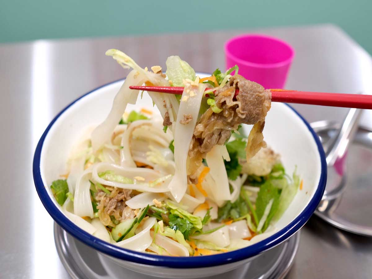 日本のサラダうどんにも近い印象。けれどエスニックな味付けだからか食欲をそそる