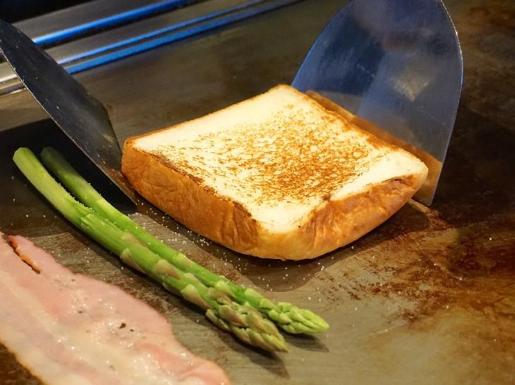 食パンを鉄板で焼くことで、中はもっちりふわふわ、外はカリッ!