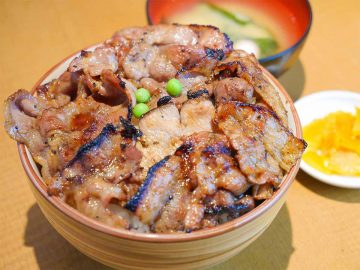 約1kgのデカ盛り豚丼!『炭火焼豚丼 和とん』(赤羽)の「ましまし豚丼(ミックス)」を食べてきた