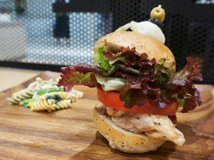 日本一食べにくいけど日本一旨い! 老舗焼鳥店が手掛ける「チキンバーガー」の秘密とは?