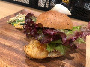 「Torishige Chiken Burger(たれ)with クリームチーズ」994円(税込)。注文後、奥の厨房で手際良く丁寧な作業で調理してくれる