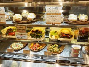 チキンバーガーの他にも話題のスイーツパンマリトッツォやサラダも販売している