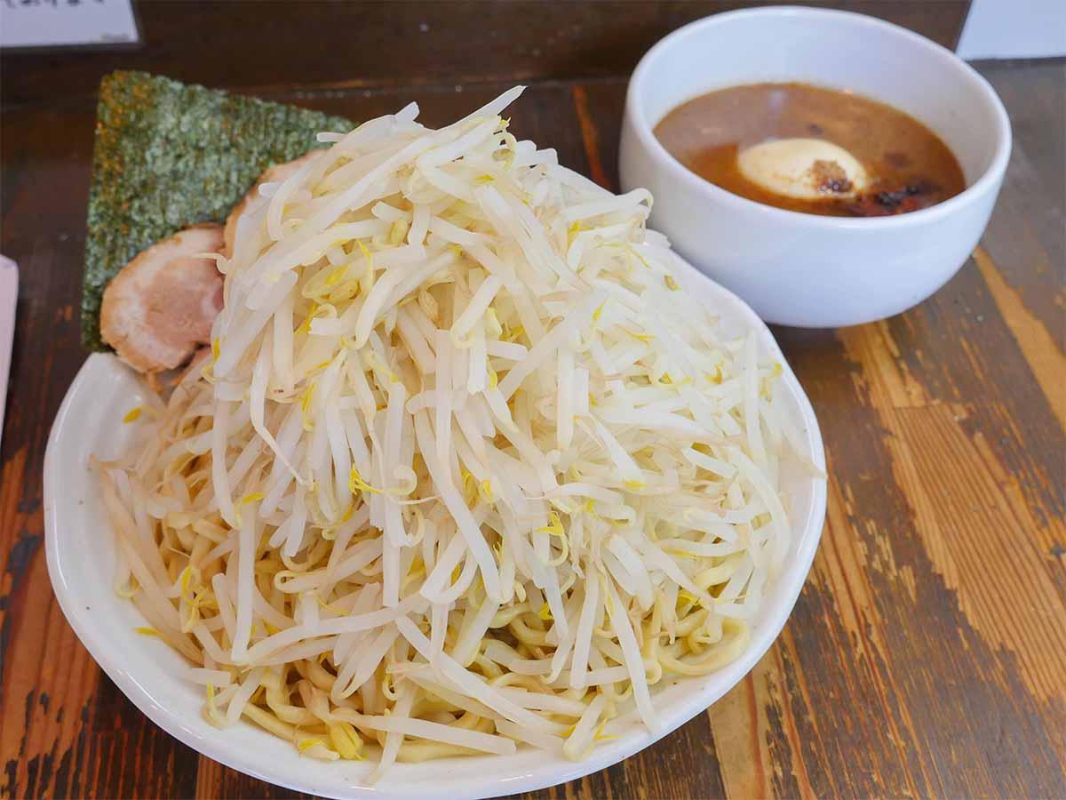 重量約1.6kg! 新宿『らーめん荒海』でデカ盛り「特製つけ麺」を食べてきた