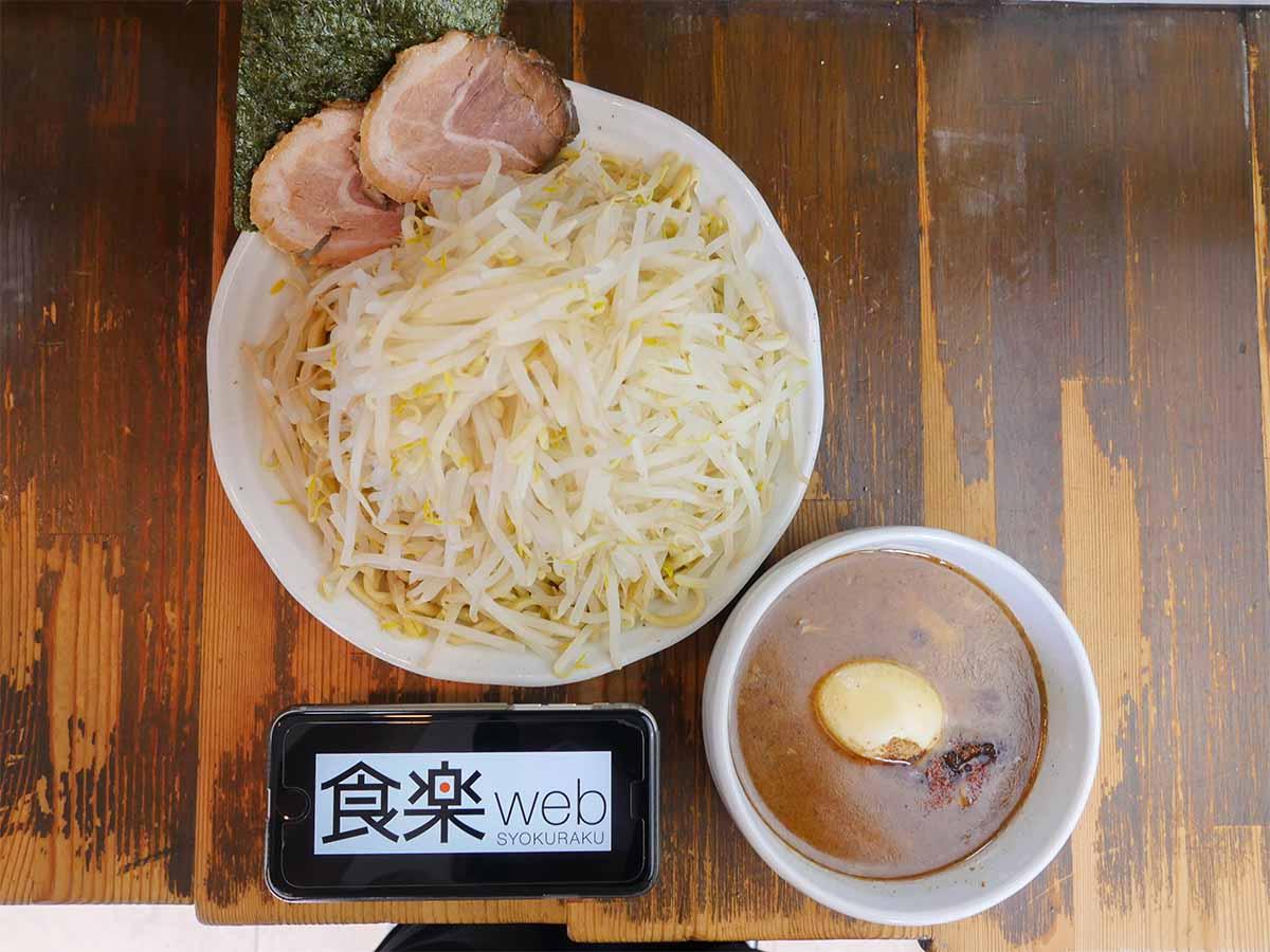 「特製つけ麺」1100円+麺特盛100円、野菜増し大盛り。上から見ると山盛りのもやしで麺は端っこにしか見えていない
