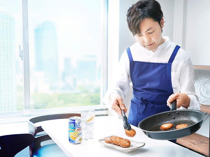 新しくなった「氷結®」に合う料理を手際よく調理するリュウジさん