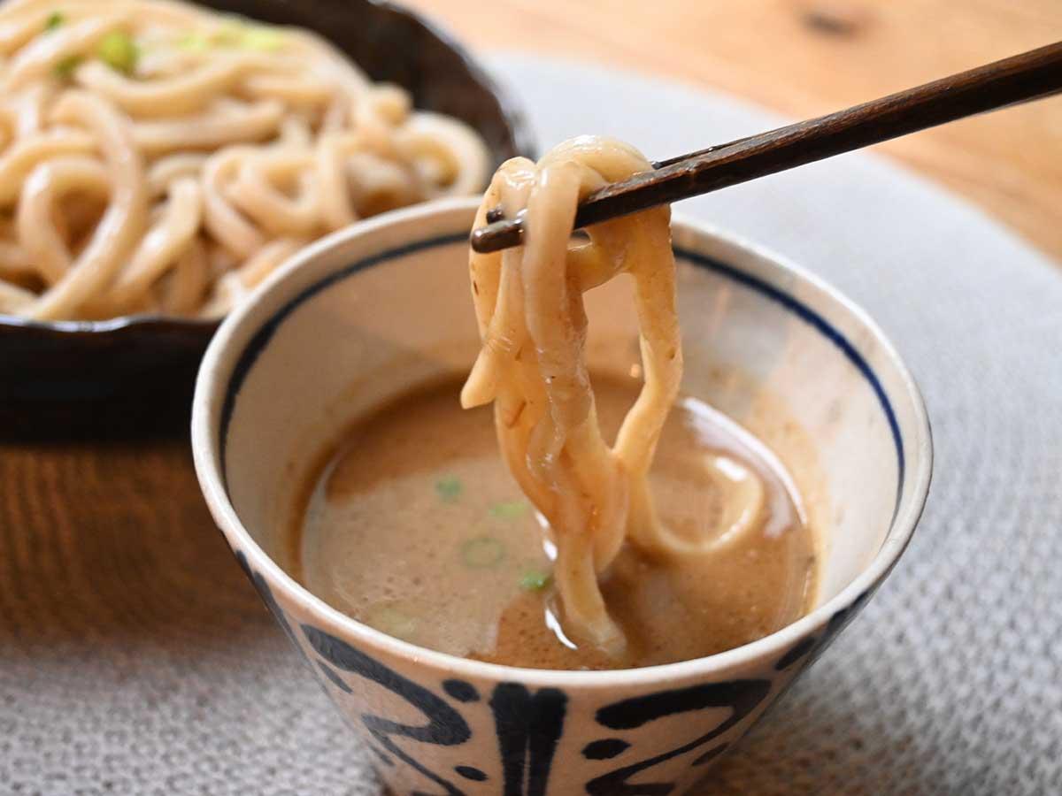 黄金色の麺は旨みたっぷり。濃厚スープと相性バッチリ