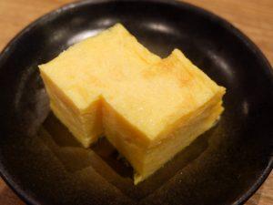玉子焼きは関東風ながら甘さは控えめ。しっとり、そしてフワッとした舌触りが心地よい玉子焼きです