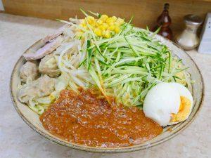 「極上ジャージャー麺」880円+大盛り150円。左側にあるのはママさん手作りワンタンとチャーシュー