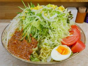 「野菜ジャージャー麺」880円+大盛り150円。さっきも大きいと思ったけれど、こっちの方が高さがある!