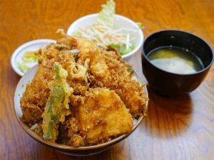 「天丼」1100円+大盛100円で1200円。味噌汁、サラダ、お新香付き。天丼で0.7kg超ってかなりの重厚感