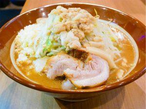 「大ラーメン」880円+麺増し100円、野菜マシマシ(無料)。3kgを余裕で食べられる人にオススメ