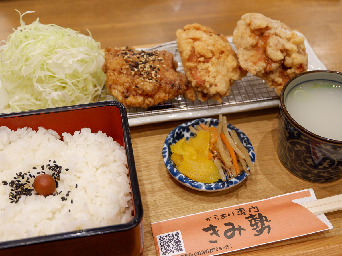 「あいもりからあげ膳」980円。からあげは右から「うま塩」、「醤油」、「甘だれ」。お重に入ったご飯がイイ!