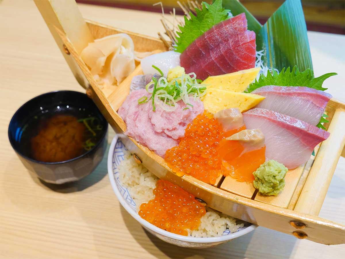 ランチ10食限定! 丼に舟がのった『鮨 酒 肴 杉玉』(神楽坂)の豪快「舟盛り丼」がスゴい