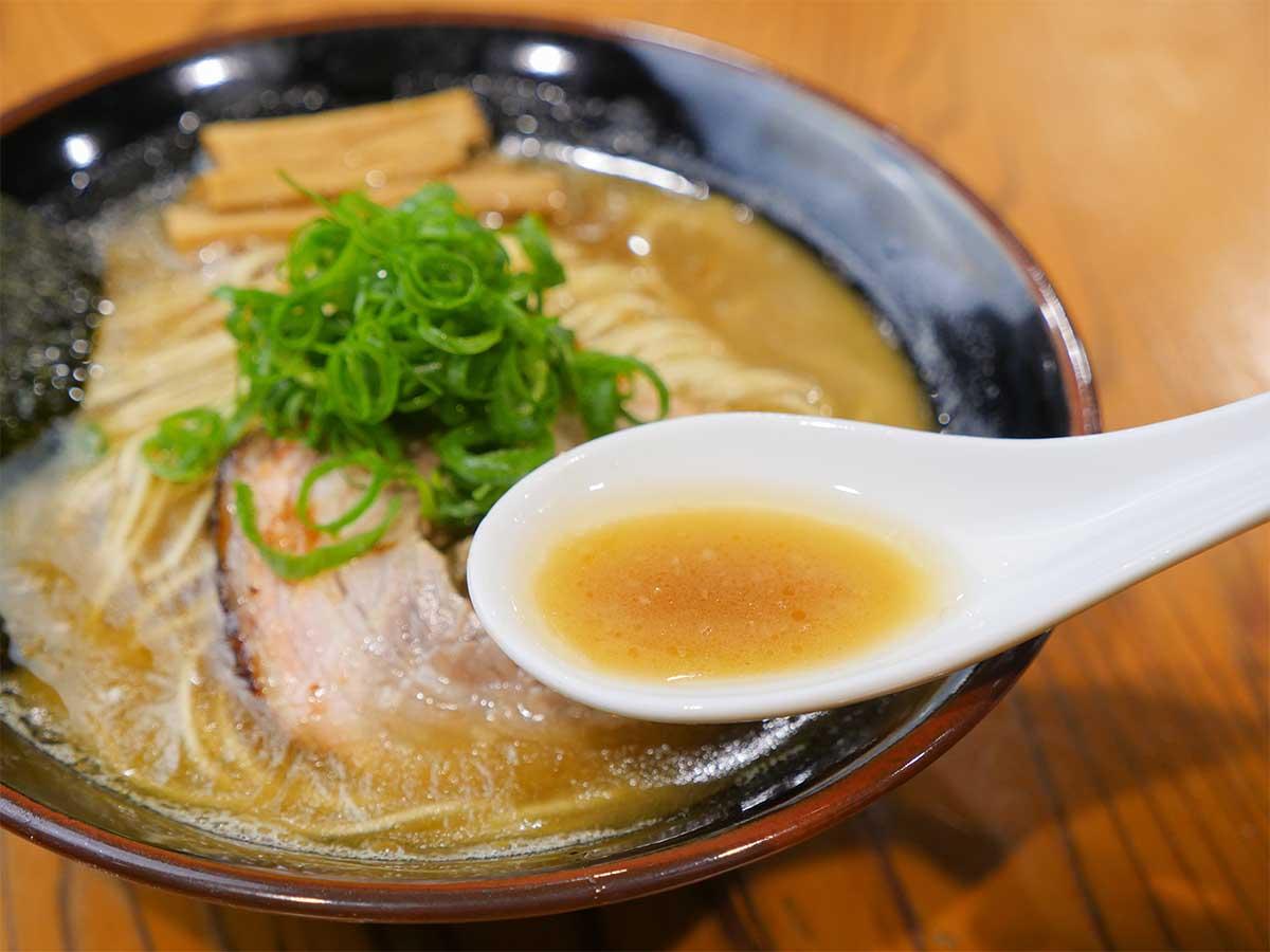 動物系の味を凝縮したとろみのあるコク深いスープ