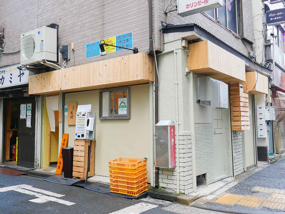 店の目印は黒文字で『麺屋周郷』の店名が刻まれた表札。シンプルで洗練された日本料理店のような外観から、作り手のセンスの良さが漂います